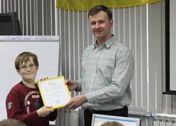 Наш преподаватель Д.В. Степанов, вручает первый сертификат юному программисту